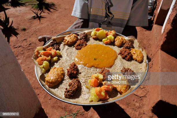 ethiopia, tigray area, the traditional ethiopian meal called injera made from teff, an african cereal species from the sweet grass family (poaceae) - ethiopian food photos et images de collection