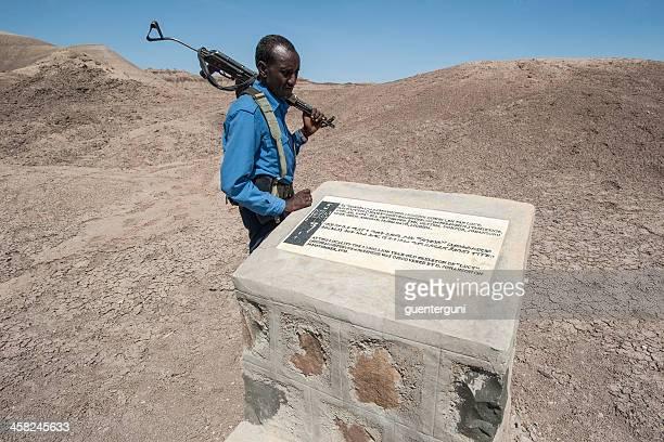 etíope policía en la búsqueda de un lugar de lucy - australopithecus fotografías e imágenes de stock