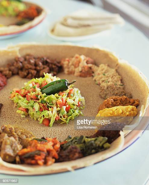 ethiopian vegetarian platter with injera - ethiopian food photos et images de collection