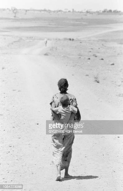Ethiopie mai 1983 La population de la province de Gondar touchée par la famine Ici une femme éthiopienne marche sur une route désertique portant un...