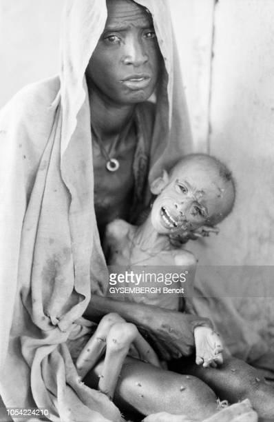 Ethiopie mai 1983 La population de la province de Gondar touchée par la famine Ici une femme et son enfant squelettique dans le centre de nutrition...