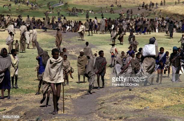 Ethiopiens vieillards et enfants réfugiés dans un camp humanitaire lors d'une sévère famine en décembre 1987 à Korem Ethiopie