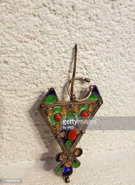 ethnic jewelry, amazigh / berber fibula, close-up - amazigh photos et images de collection