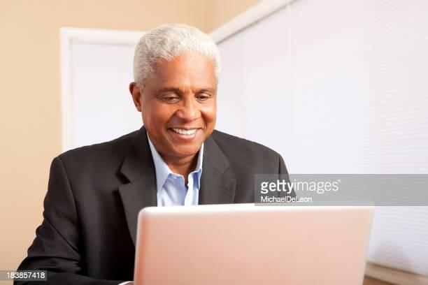 Ethnischen Mann auf computer