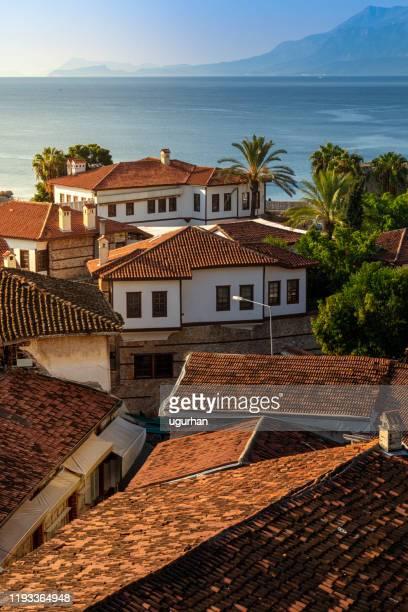 トルコ・アンタルヤの民族オスマン住宅とカレレイチ港 - アンタルヤ県 ストックフォトと画像
