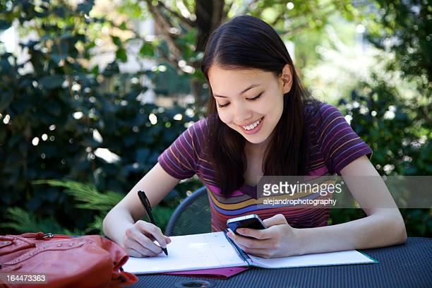 Ethnischen student Studium mit einem Smartphone