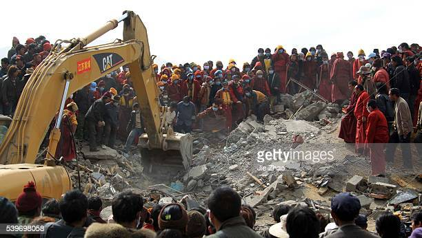Ethnic Tibetans and monks and rescuers search for survivors in the earthquake-hit town of Gyegu in Yushu County, Qinghai Province April 17, 2010. VCP