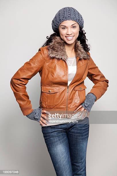 Ethnische Frau mit Jacke Lächeln