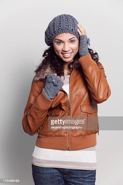 Ethnique femme souriante avec la veste