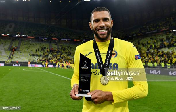 """Etienne Capoue of Villarreal CF poses with his """"UEFA Man of the Match"""" award after the UEFA Europa League Final between Villarreal CF and Manchester..."""