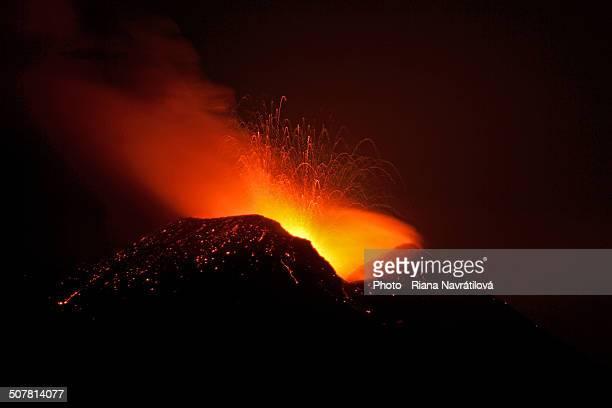 etna - night eruption 28.9.2011 - 噴出 ストックフォトと画像