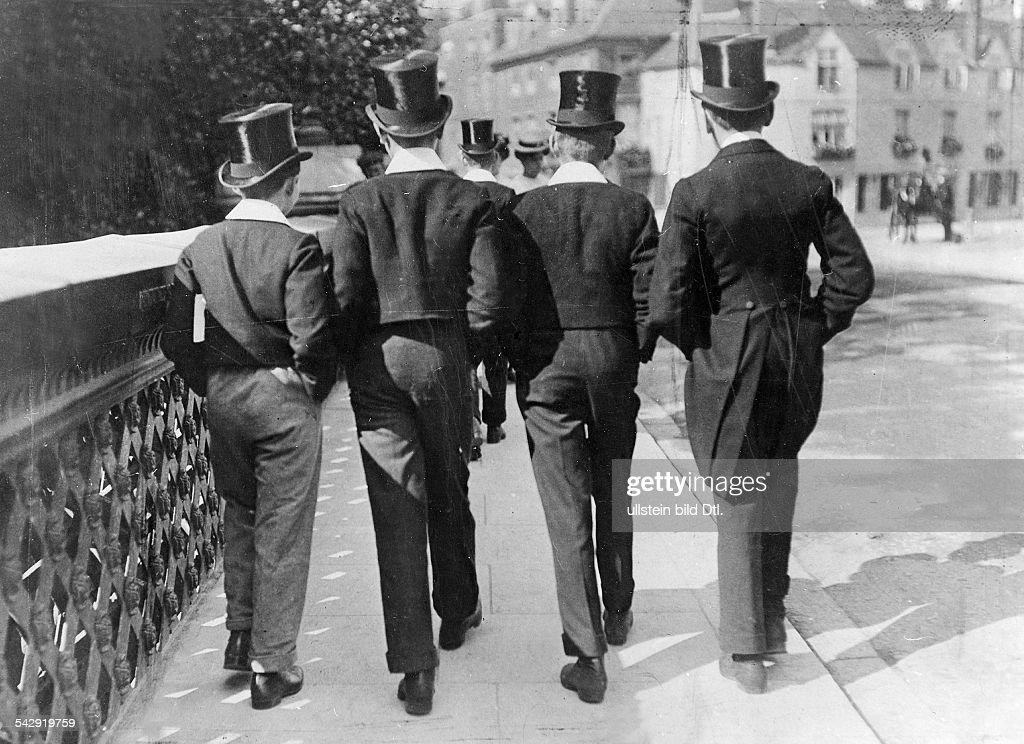 Los uniformes en las escuelas son reliquias del pasado Eton-pupils-pupils-from-eton-college-1906-vintage-property-of-bild-picture-id542919759