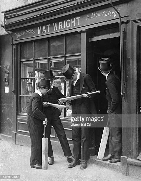 Eton Schüler kaufen Cricketschläger bei Mat Wright Professional Cricketer to Eton College 1920er Jahre