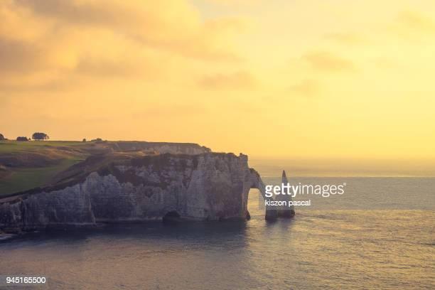 etretat in normandy during sunset , france - 炭酸石灰 ストックフォトと画像