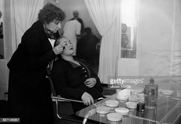 ette Sidonie Gabrielle Schriftstellerin F in ihrem Schönheitssalon in Paris 1932