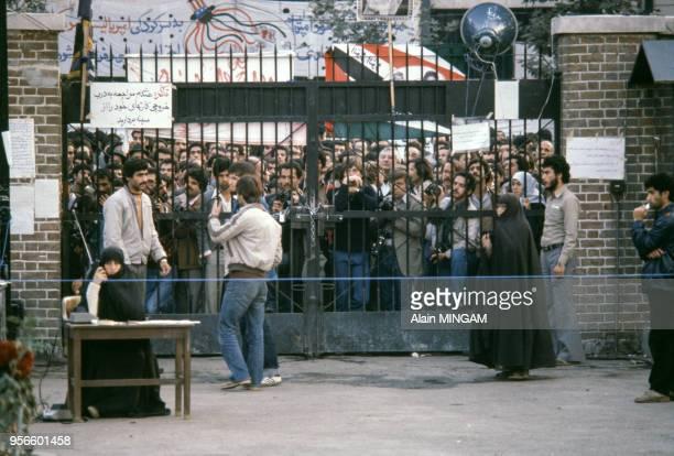 Etudiants devant l'ambassade américaine en novembre 1979 à Téhéran en Iran.