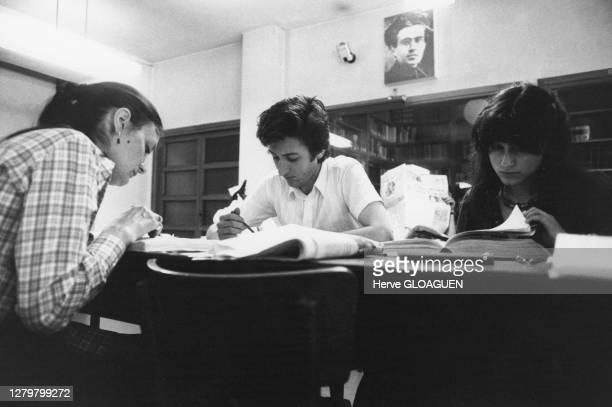 Etudiants devant un portrait d'Antonio Gramsci, dans la bibliothèque de l'institut Gramsci à Rome, circa 1970, Italie.