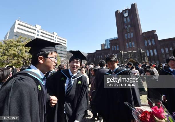 Etudiants japonais en uniforme devant Yasuda hall, batiment symbole de l'université de Tokyo lors de la cérémonie de la remise des diplômes, le 25...