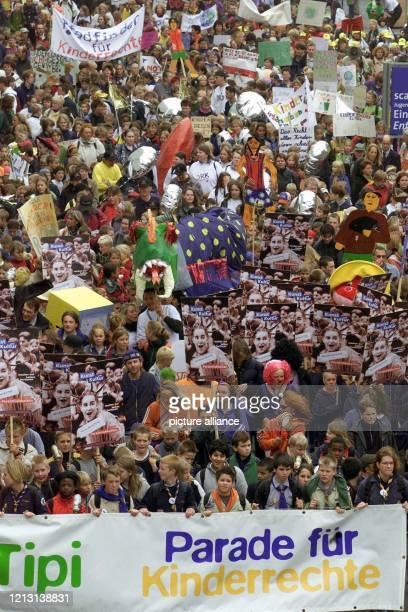 Etwa 2000 Kinder und Jugendliche demonstrieren am 20.9.2000 auf der Weltausstellung Expo 2000 in Hannover im Rahmen des Weltkindertages mit...