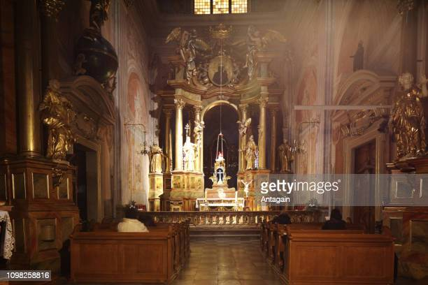 adoration eucharistique, église de saint anna (varsovie, pologne) - saint sacrement photos et images de collection