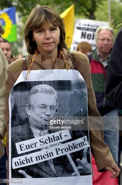 Euer Schlaf nicht mein Problem Eine Frau mit einem ProtestPlakat gegen den hessischen Ministerpräsidenten Koch zieht am durch die Wiesbadener...