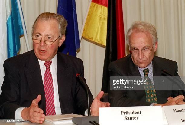 EUKommissionspräsident Jacques Santer und der bayerische Ministerpräsident Edmund Stoiber am in München während einer Pressekonferenz Eine...