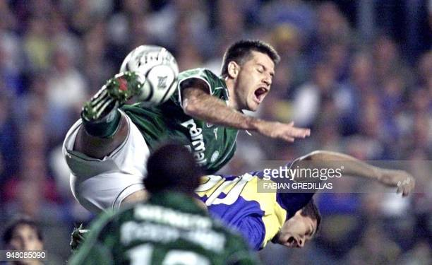 Euller of Palmeiras controls the ball after colliding with Barijho of Boca Juniors 14 June 2000 in 'La Bombonera' stadium in Buenos Aires Boca...