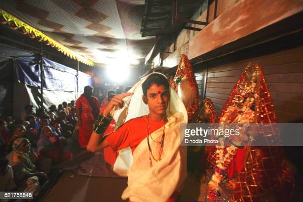 eunuch dressed in traditional white sari green bangles red bindi his forehead wedding eunuchs bewa purnima ghatkopar, mumbai - eunuque photos et images de collection