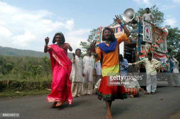 eunuchs dancing to tune of the music being played by the campaigning party of congress during the 2004 lok sabha elections near melghat in nagpur, maharashtra, india. - eunuque photos et images de collection