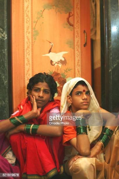 eunuchs dressed in traditional sari, wedding of eunuchs on occasion of bewa purnima at ghatkopar, mumbai - eunuque photos et images de collection