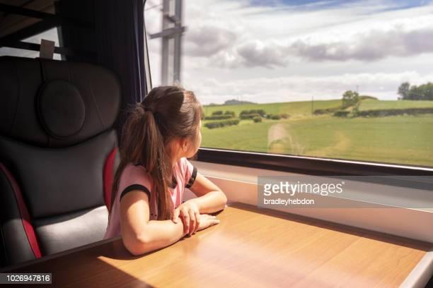 ragazza eurasiatica che si diverte a viaggiare in treno nello yorkshire, regno unito - treno foto e immagini stock