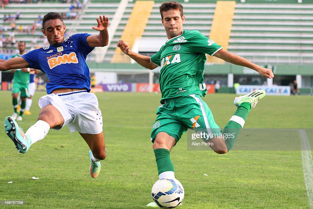 Eurico #31 (L) of Cruzeiro battles for the ball with a Jussandro #18 of Chapecoense during a match between Chapecoense and Cruzeiro for the Brazilian Series A 2014 at Arena Conda Stadium on November 30, 2014 in Chapeco, Brazil.