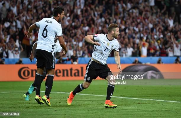 FUSSBALL Euro 2016 GRUPPE C in LILE Deutschland Ukraine 0 Sami Khedira und Torschuetze Shkodran Mustafi