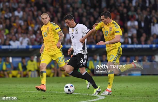 FUSSBALL Euro 2016 GRUPPE C in LILE Deutschland Ukraine Yaroslav Rakitskiy und Artem Fedetskiy gegen Mesut Oezil