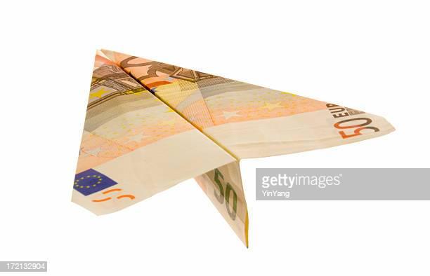 Euro Geldscheine Geld Währung Papierflugzeug auf weißem Hintergrund.