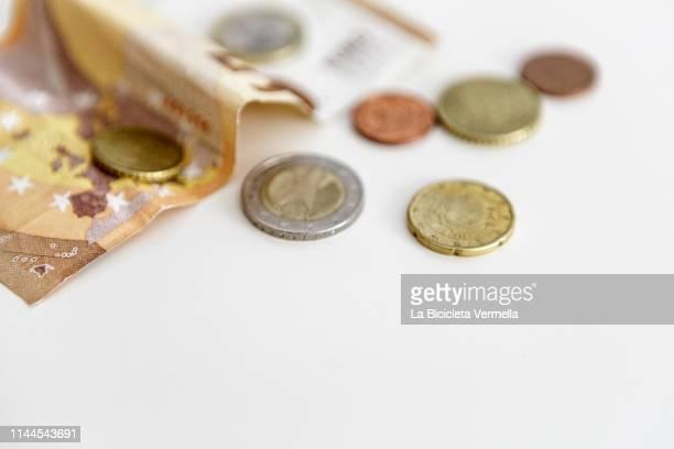 50 euro bills and various coins