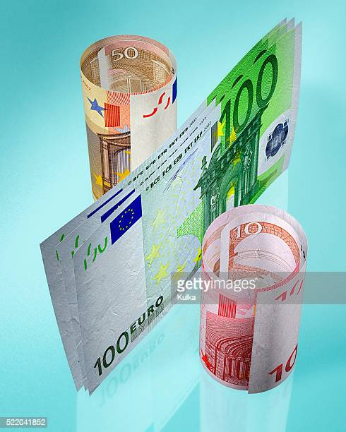 euro bills shaped into percent symbol - sinal de percentagem imagens e fotografias de stock