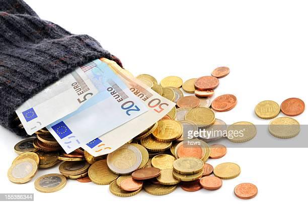 Euro Münze und Papier Währung fallen von Geld-Socken