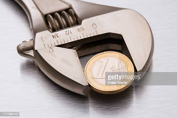 euro coin in a wrench - 1 euro photos et images de collection