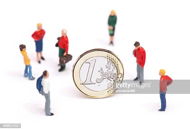 Euro-Krise-Konzept-Miniatur-Personen, die um Geldmünze