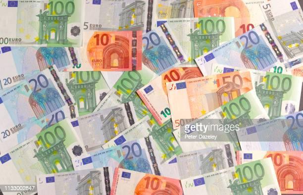 euro notes, overhead shot - euro stock-fotos und bilder