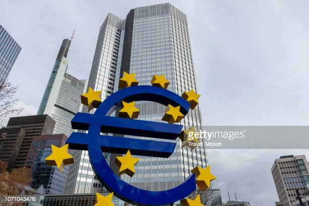 estatua de signo del euro en frankfurt am main - sede central fotografías e imágenes de stock