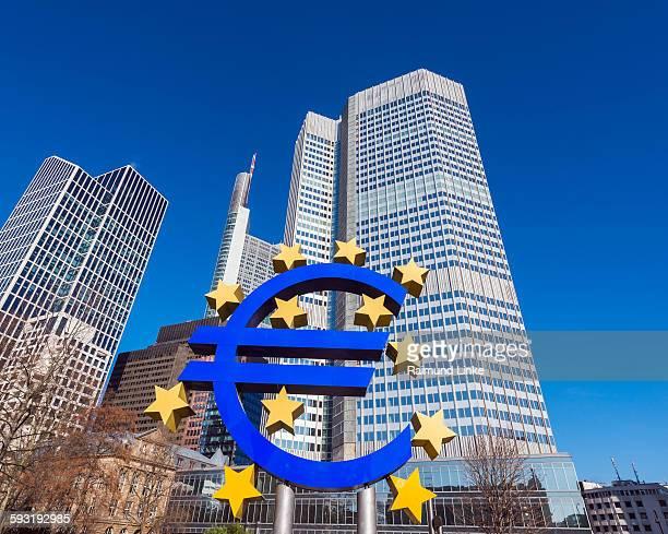 euro symbol at european central bank - 欧州中央銀行 ストックフォトと画像