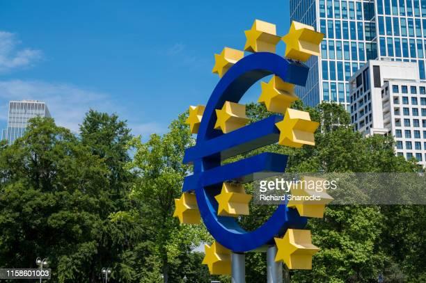 euro symbol, frankfurt, germany - 欧州中央銀行 ストックフォトと画像