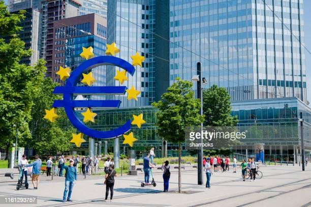 ユーロ記号、フランクフルト、ドイツ - 欧州中央銀行 ストックフォトと画像