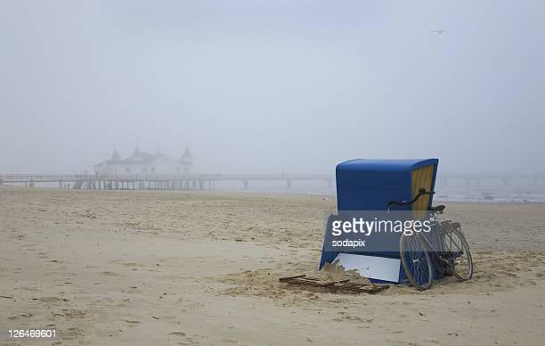 Europa, Deutschland, Mecklenburg-Vorpommern, Usedom, Ahlbeck, Strandkorb am Strand vor der Seebr¸cke im Nebel