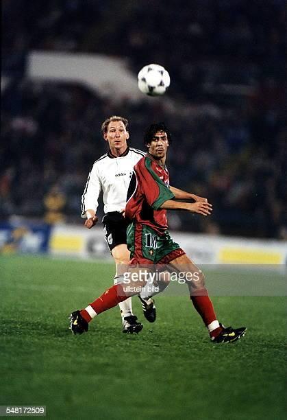 Europa Gruppe 9 in Lissabon Portugal Deutschland Spielszene Dieter Eilts und Rui Costa schauen dem Ball hinterher