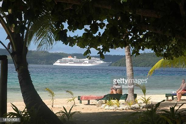 MS Europa Reise Kreuzfahrt SüdseePazifik Reise auf Reede vor Tonga/Südsee Meer ankern Bucht Strand Strandliegen Urlauber sonnen in der Sonne liegen...