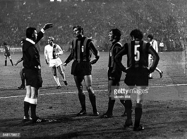 Europacup der Landesmeister 2 Runde Wiederholungsspiel in Berlin Borussia Mönchengladbach Inter Mailand 00 Schiedsrichter Taylor ermahnt italienische...