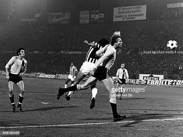 Europapokal der Landesmeister 1 Runde Juventus Turin Dynamo Dresden 32 Klaus Sammer kann den italienischen Angreifer nicht am Kopfball hindern...